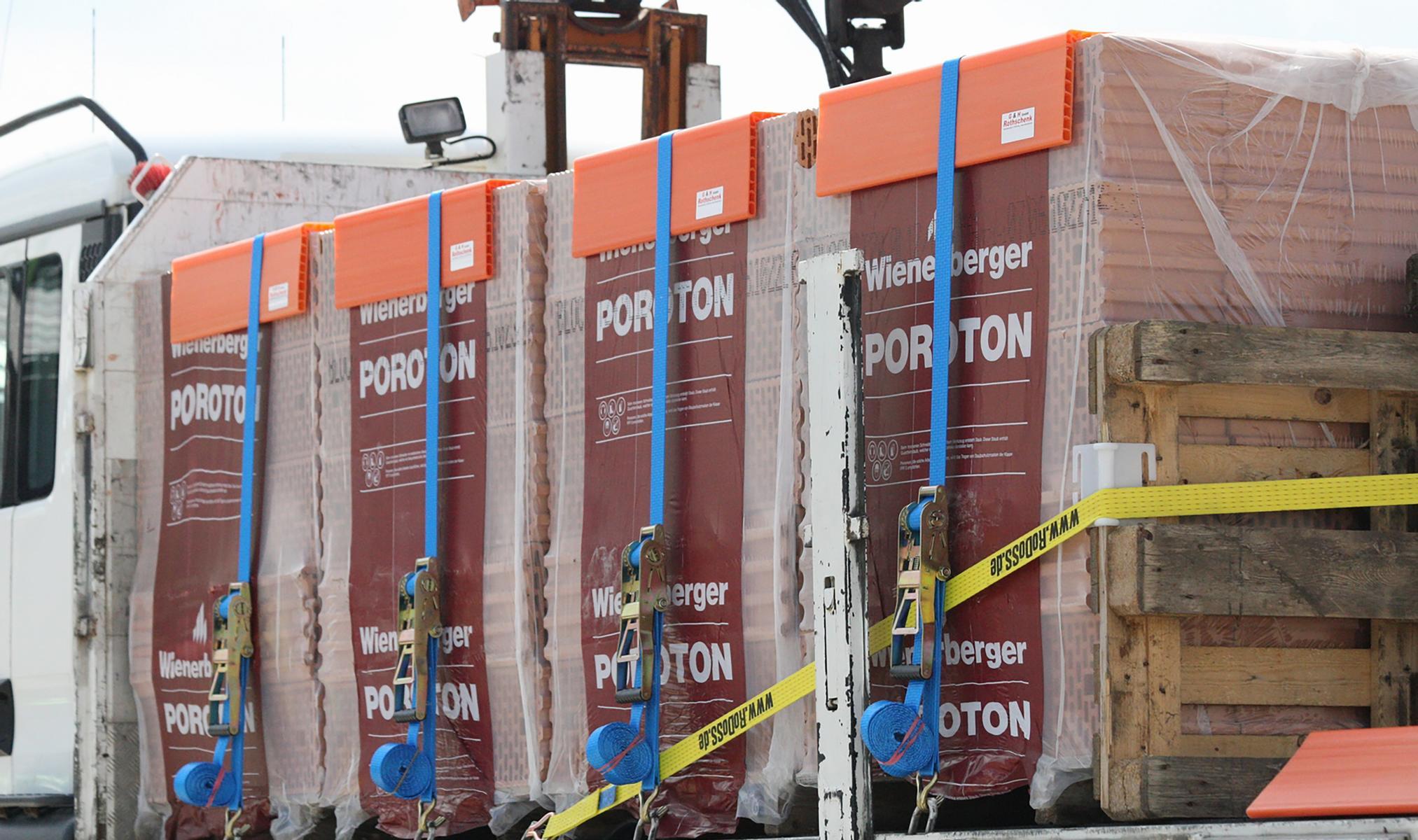 Kunststoff Kantenschutzwinkel orange 190x190 mm in der Anwendung bei Ladungssicherung von Baustoffen Rothschenk