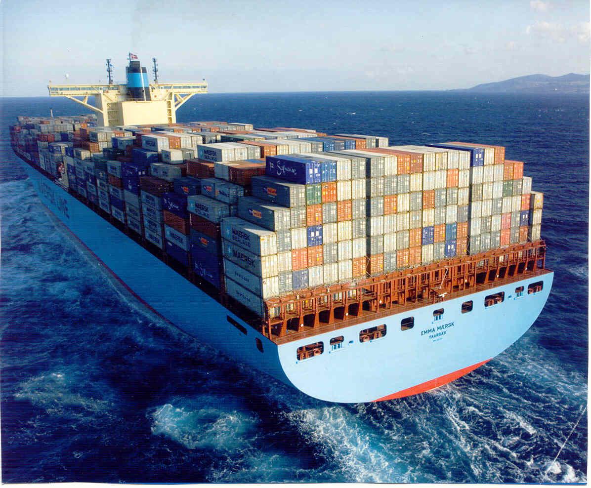 Ein Container-Schiff auf hoher See