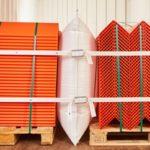 Ein Pro Line und ein 2er Lashing mit Gurtschnallen sichern mit Kantenschutzwinkeln aus Pappe zwei Paletten mit orangenen Kantenschutzwinkeln.