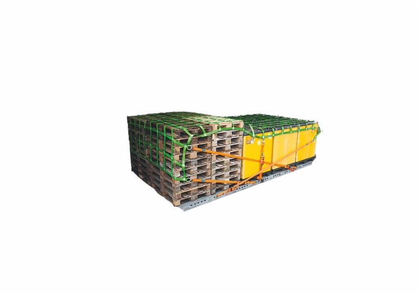 Ein LKW-Ladungssicherungsnetz ist über gestapelte Paletten gespannt.