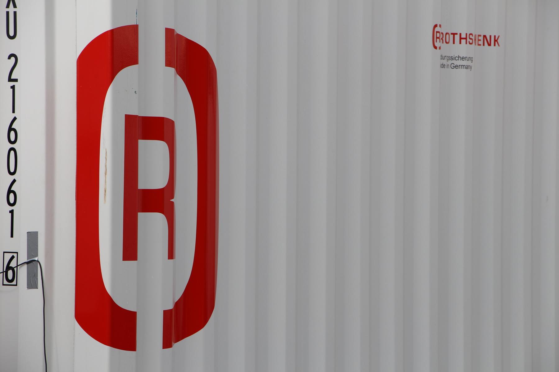 Nahaufnahme mit Rothschenk-Logo auf einer Containerwand.