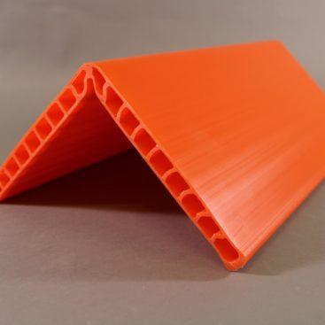 Ein orangener Kantenschutzwinkel liegend frontal