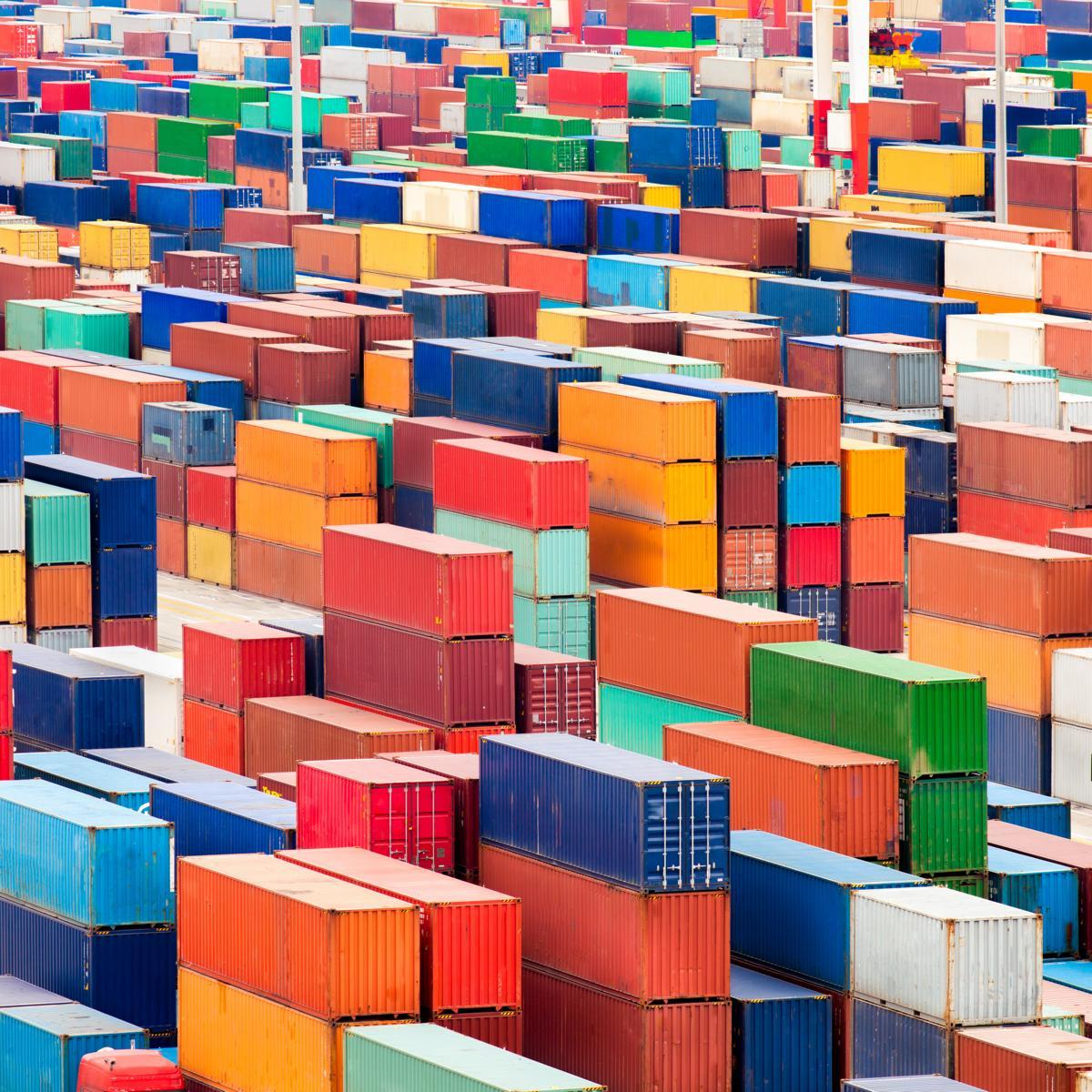 Ein Verladehafen mit bunten Containern.