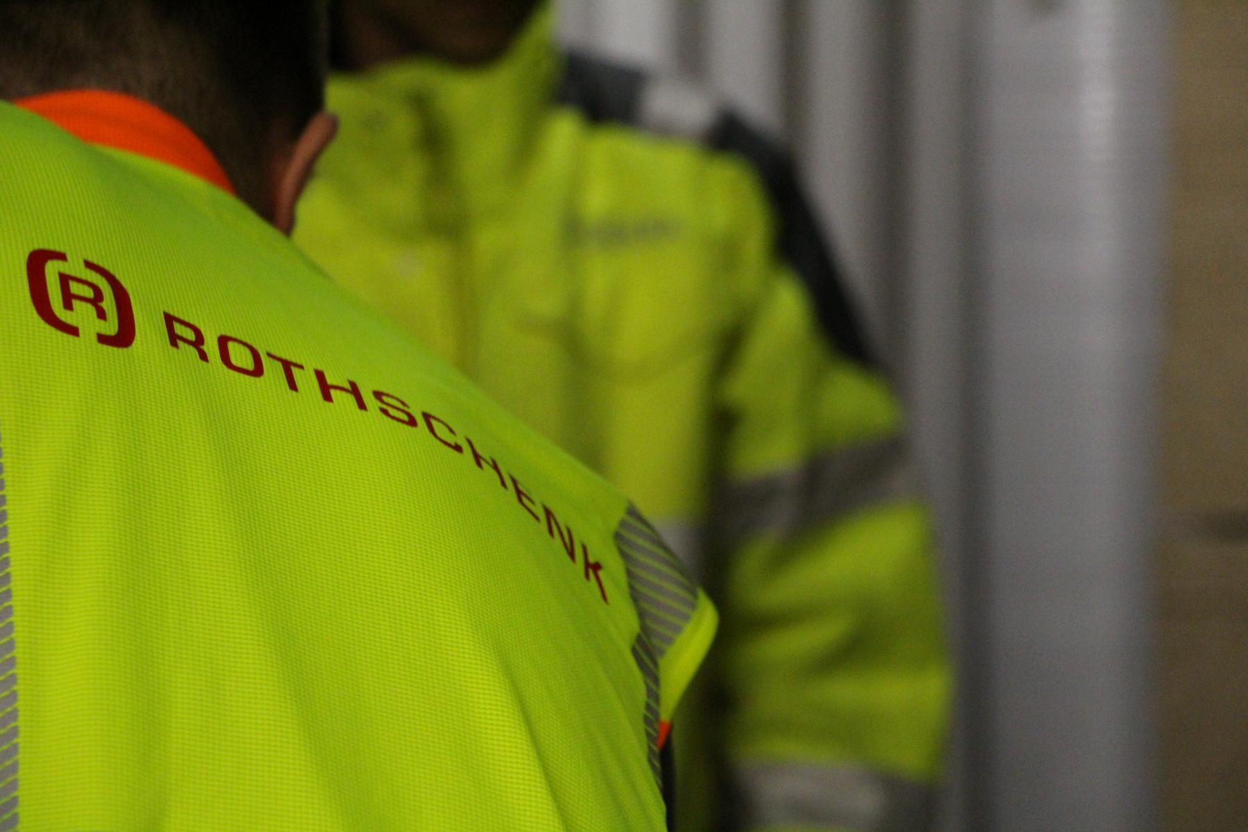 Wer ist verantwortlich bei der Ladungssicherung?   Serviceleistungen: Mitarbeiter tragen Warnwesten mit Rothschenk-Logo bei einer Verladesituation.