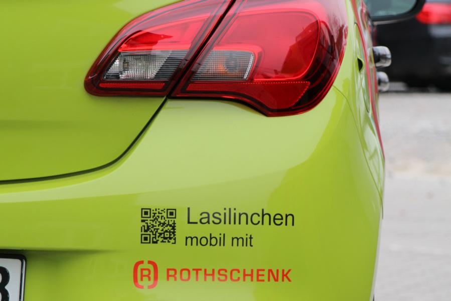 """Ein limettengrünes Auto """"Lasilinchen"""" mit dem Firmenlogo der G&H GmbH Rothschenk von hinten."""