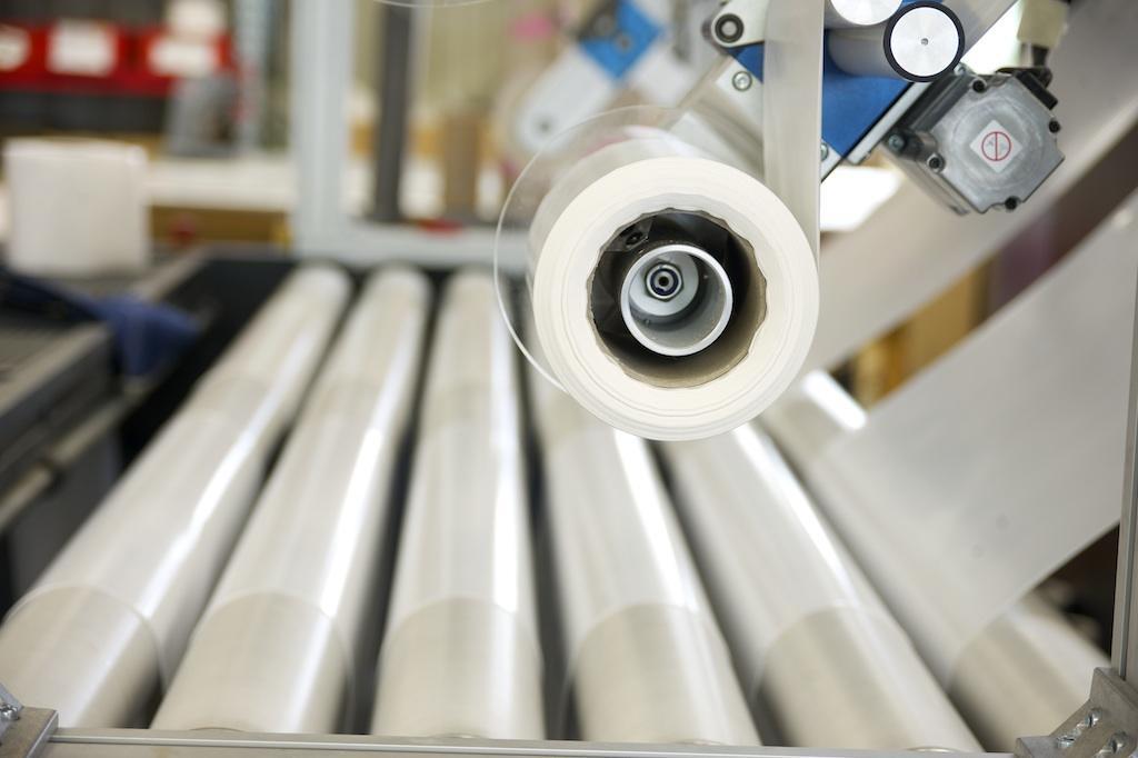 Nahaufnahme einer Folienschneidemaschine in unserer großen Produktionshalle Aub von Rothschenk