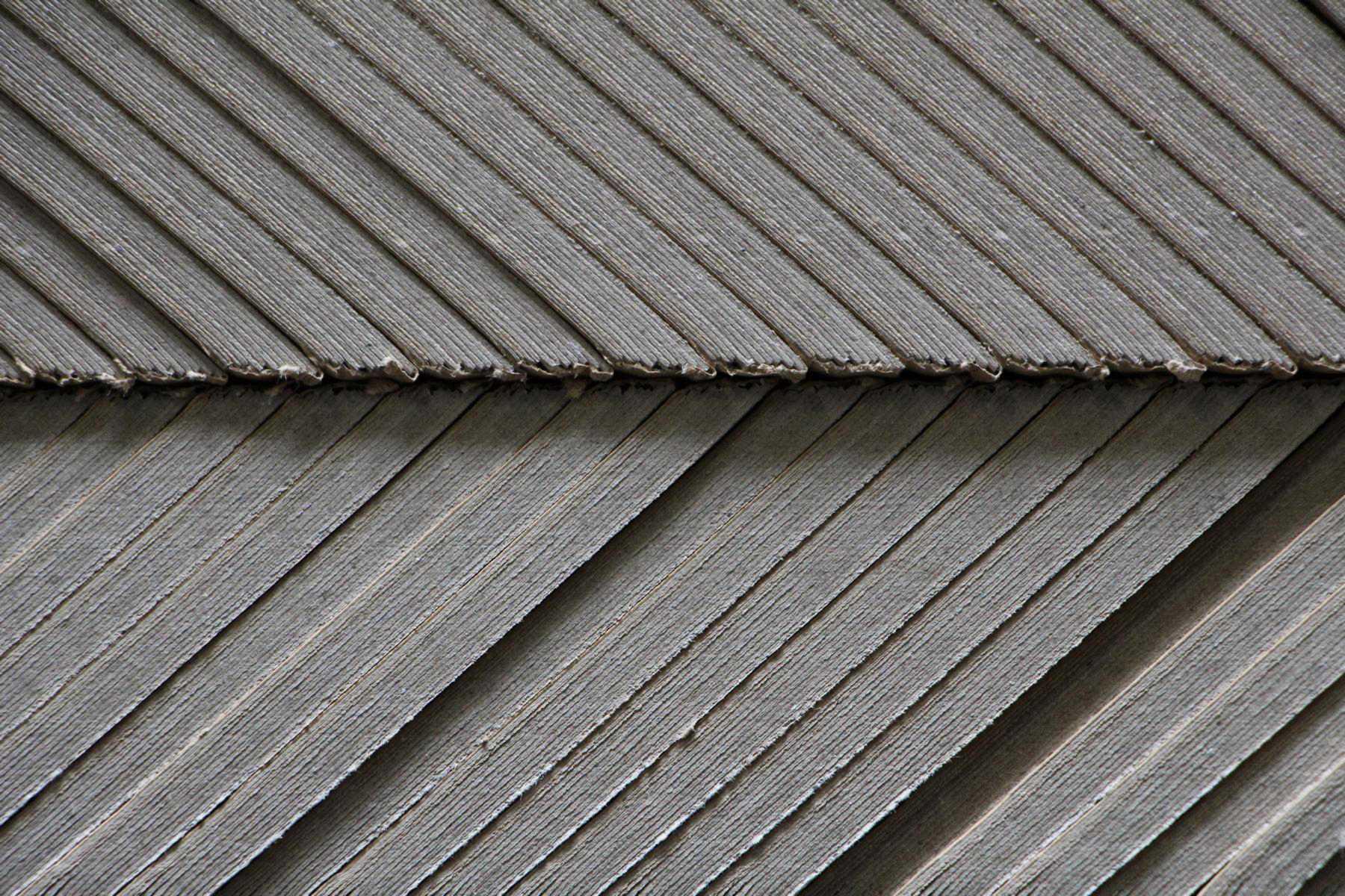 Nahaufnahme von eckigen Kantenschutzwinkeln aus Pappe Rothschenk