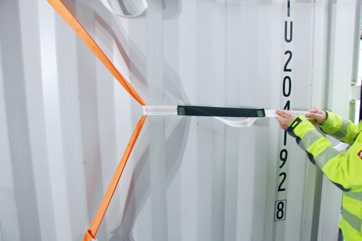 Ein Pro Lash Tec 3.50 wird im Container gestrafft.
