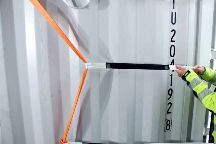 Ein Pro Lash Tec wird im Container gestrafft.