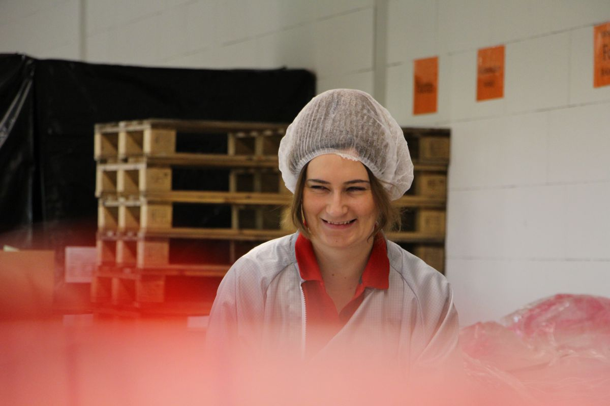 Eine Mitarbeiterin der G&H GmbH Rothschenk mit Haarnetz.