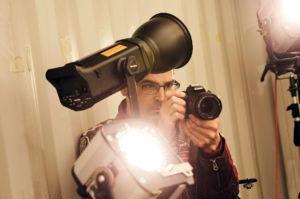 Unser Marketing-Leiter Thomas Bauer schießt mit seiner Kamera gerade ein Bild vom FIilm-Set für ein Youtube-Video.