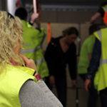 Mitarbeiter der G&H GmbH Rothschenk mit gelben Westen stehen in einem Container, um die Ladung in einem Container zu sichern.