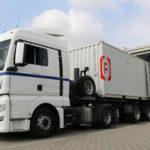 Ein LKW mit dem Rothschenk-Logo auf dem Container hält an der Laderampe des Unternehmens.