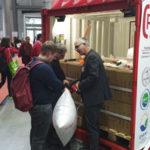 Der Stand der G&H GmbH Rothschenk bei der Fachpack in Nürnberg. Ein Mitarbeiter zeigt Interessenten, wie man einen Stausack aufbläst.