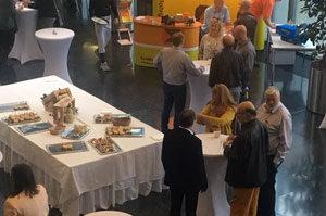 Der Stand der G&H GmbH Rothschenk bei einer Messe stößt bei Besuchern auf hohes Interesse.