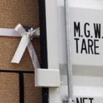 Eine mit einem Gurtband gesicherte Palette steht in einem Container.