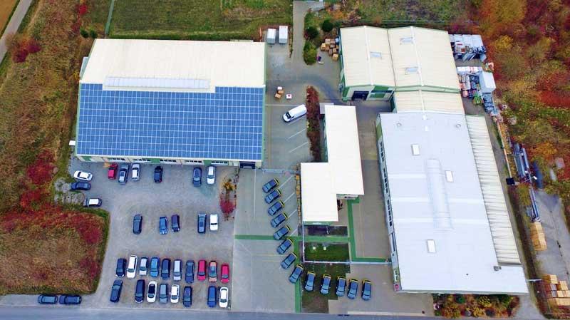 Das Firmengeländer der G&H GmbH Rothschenk mit beiden Produktionshallen, Lager, Werkstatt sowie Bürogebäude und Parkplatz aus der Vogelperspektive.