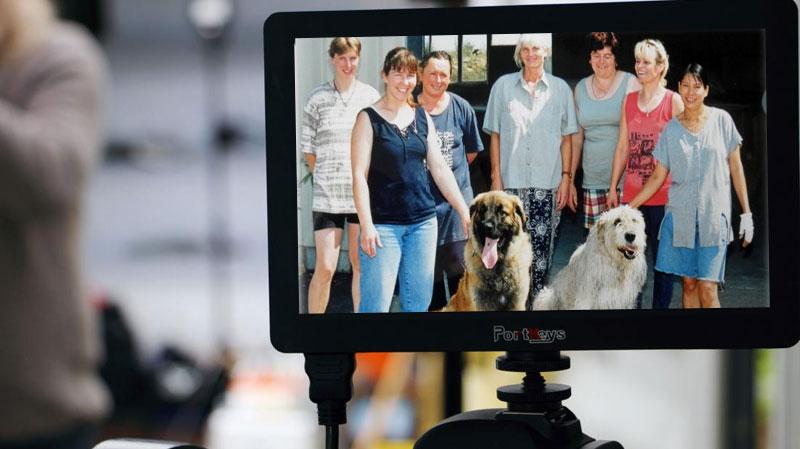 Die Firmengründerin Gisela Rothschenk mit ihren beiden Hunden sowie sechs mit Arbeiterinnen in den Anfangsjahren.