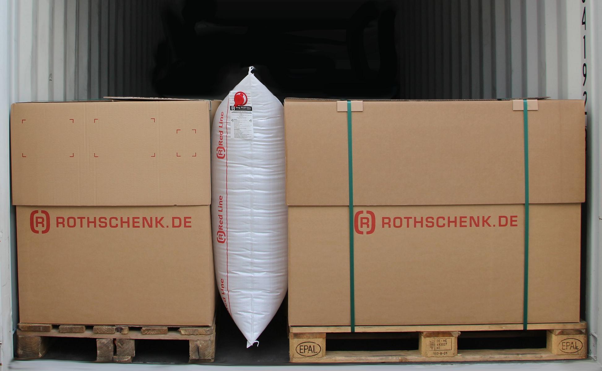 Ein aufgeblasenes Red-Line-Staupolster sichert zwei Paletten in einem Container vorm Verrutschen.