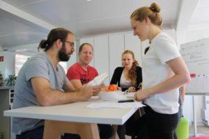 Vier Mitarbeiter des Rothschenk-Teams berät sich über die korrekte Anwendung unserer produkte.